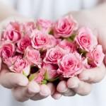 花を渡す手