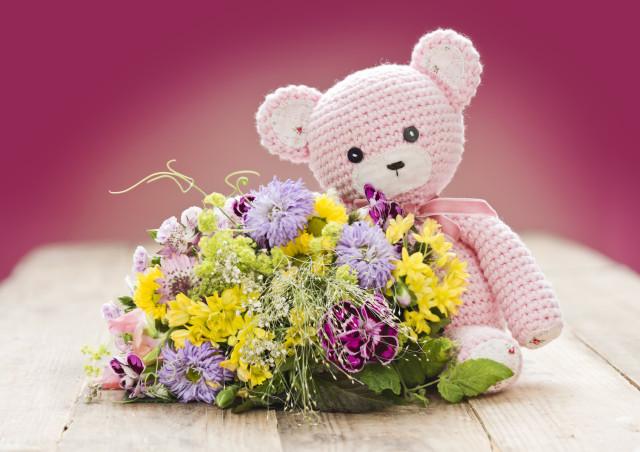お祝いに悩むクマと花