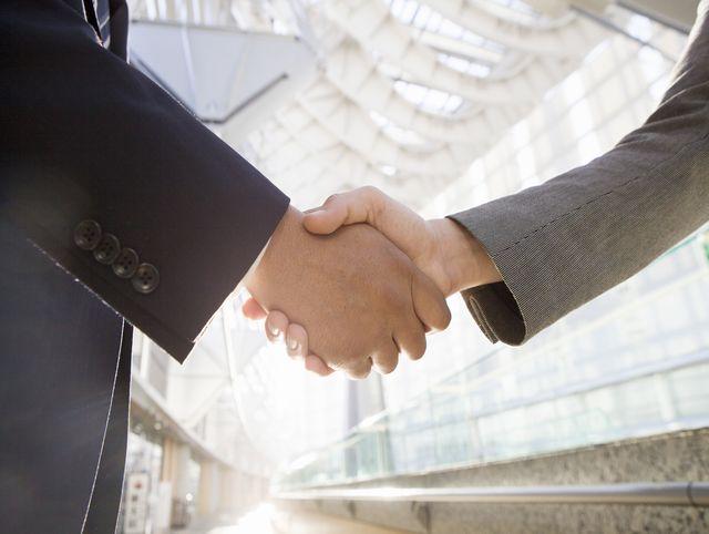 男性とも女性とも良好なビジネス関係を築く!完璧な移転祝いを贈る3つの方法