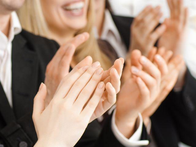 拍手をするビジネスメンバー