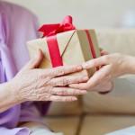 敬老の日のプレゼントを渡す手