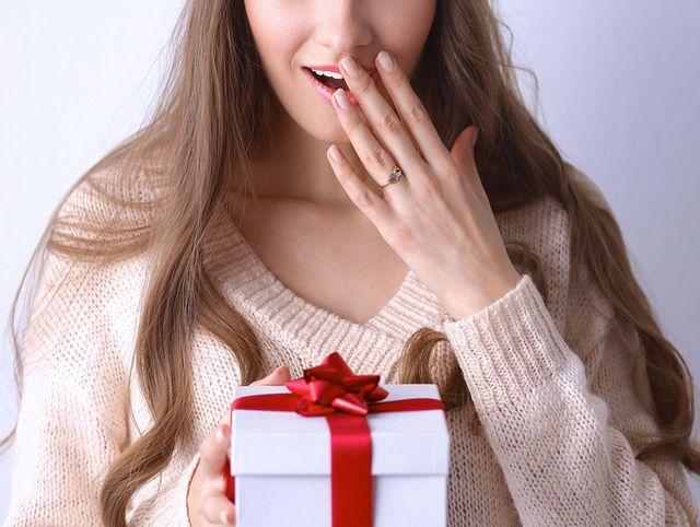 カタログギフト付き電報をもらって驚き喜ぶ女性イメージ