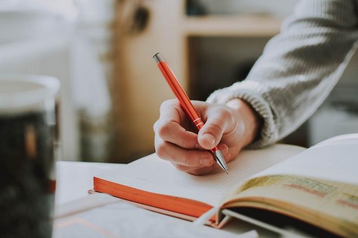 ペンとノートのイメージ画像