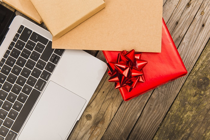 PCとプレゼント イメージ画像
