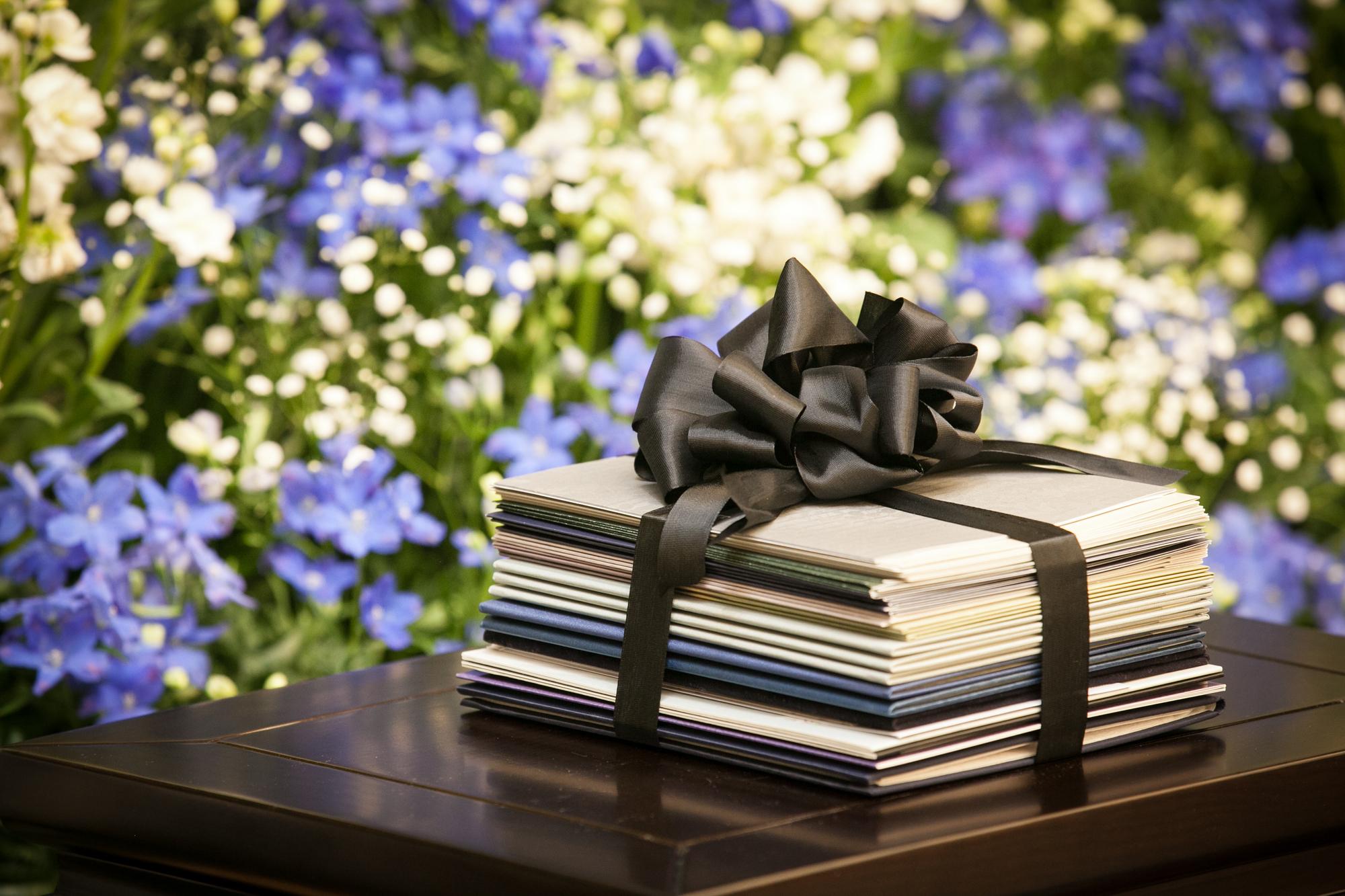 想いが伝わる電報やメッセージの文例紹介。結婚式の祝電やお葬式の弔電のNGワードも紹介