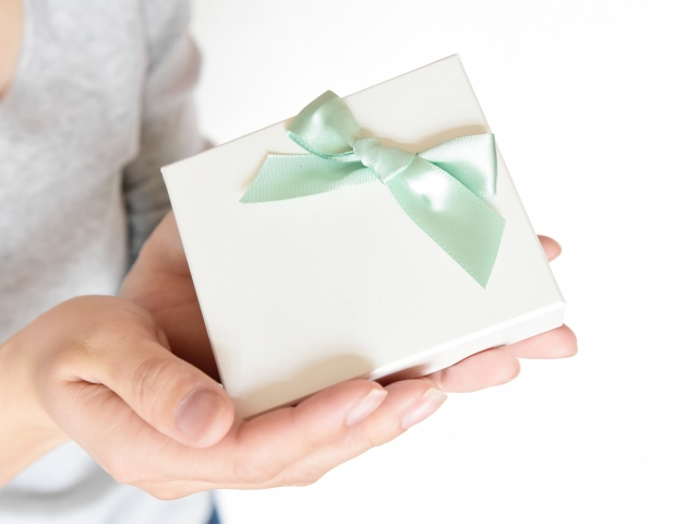 男性へ贈る就職祝いの選び方