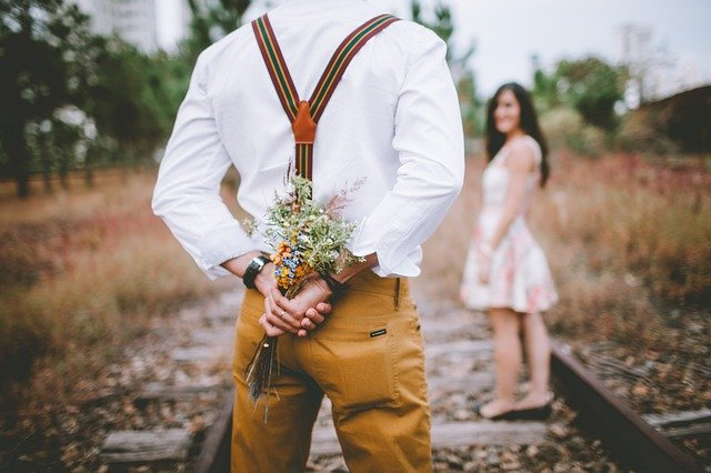 女性に花束を渡したい男性